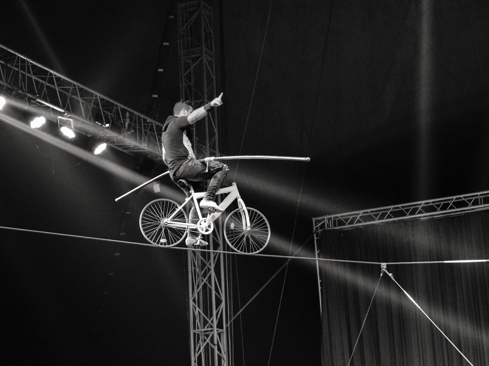 Cirkusartist cyklar på lina