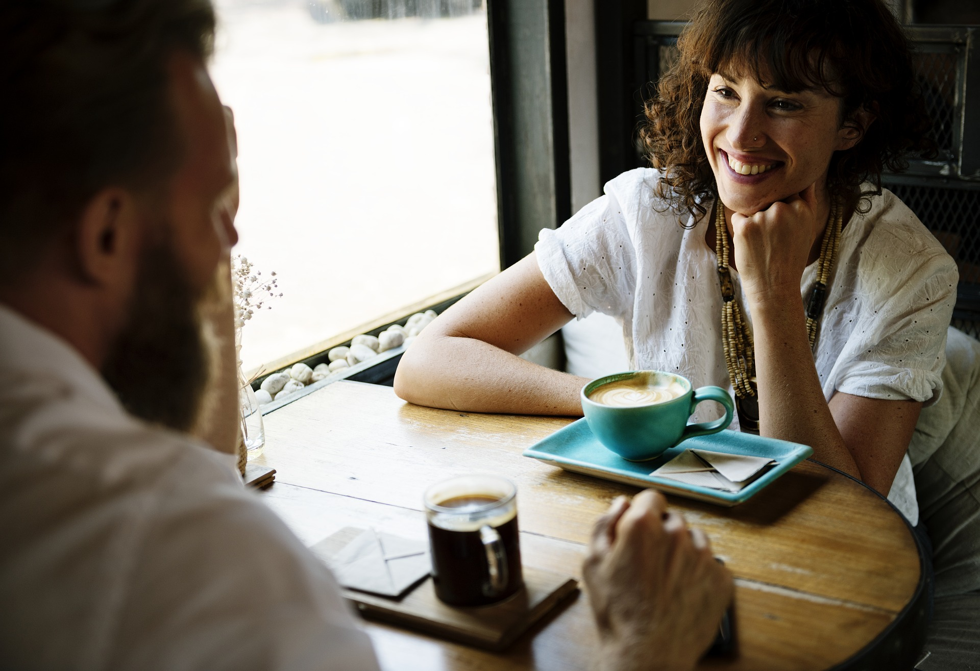 Man och kvinna fikar och pratar