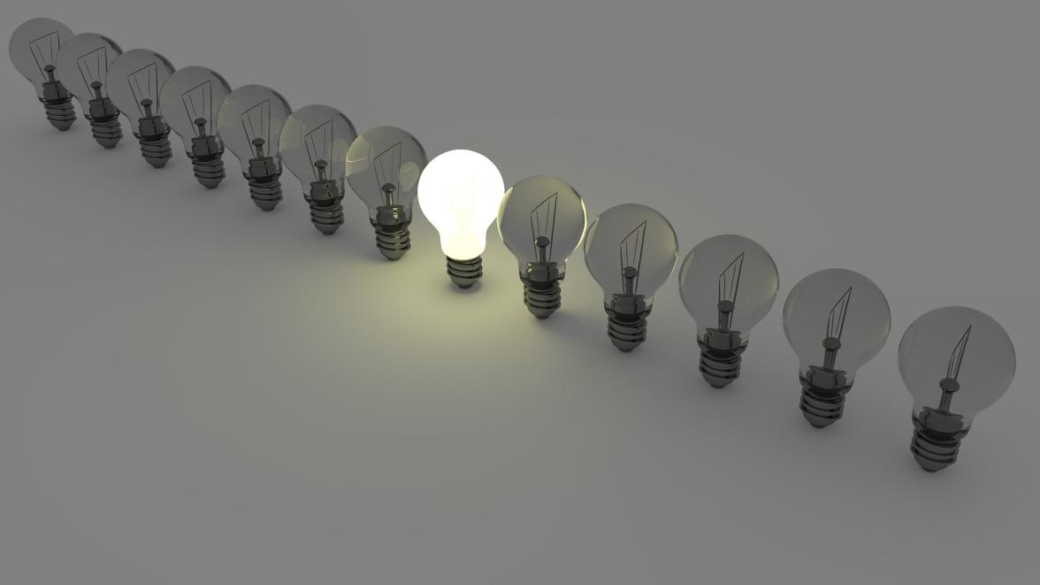 En rad glödlampor varav en i mitten lyser