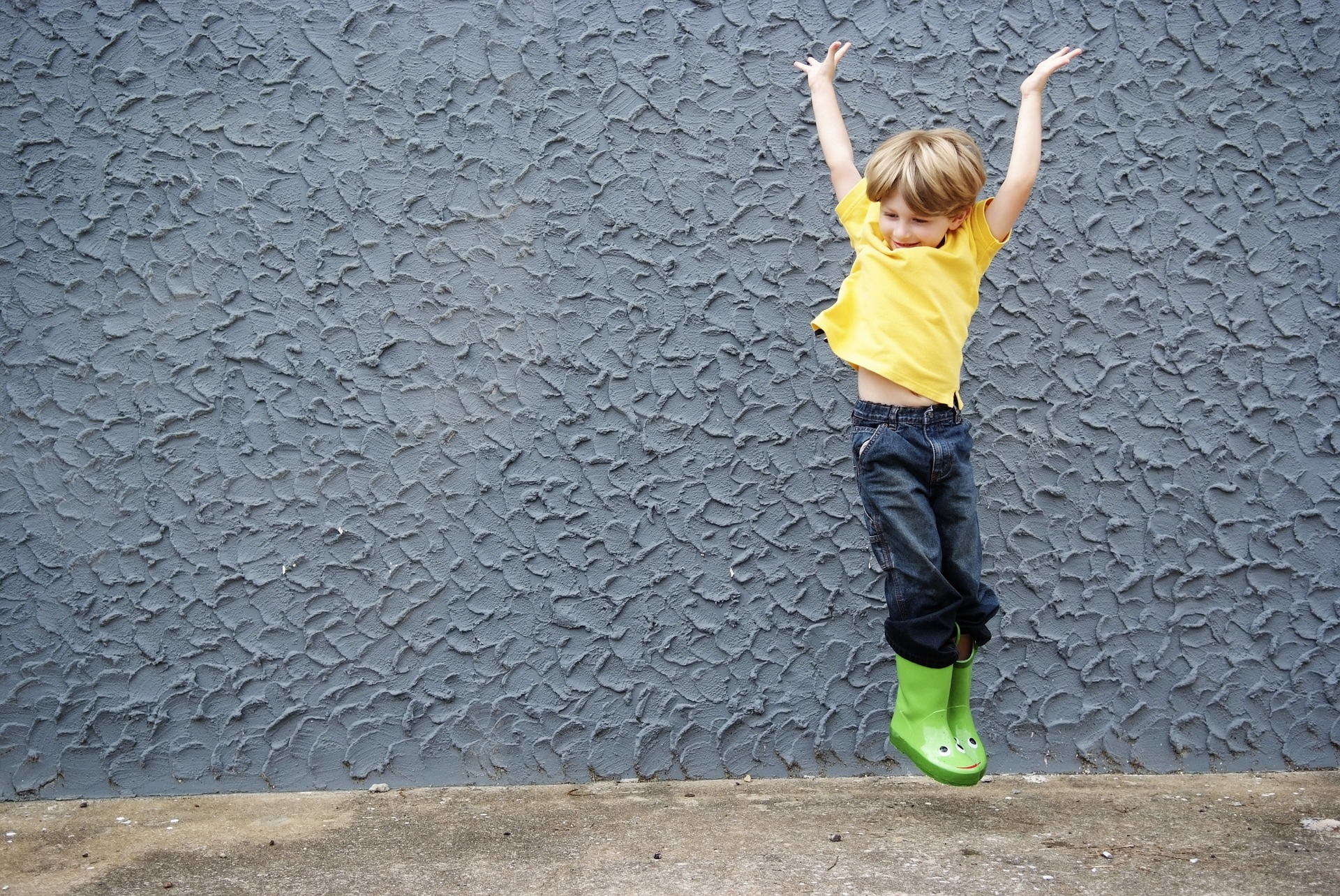 Glad pojke hoppar