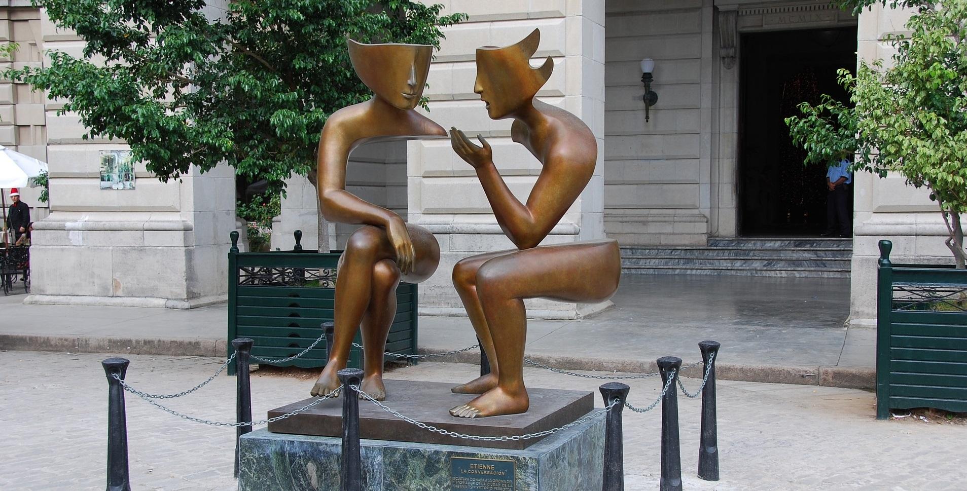 Staty två personer i samtal