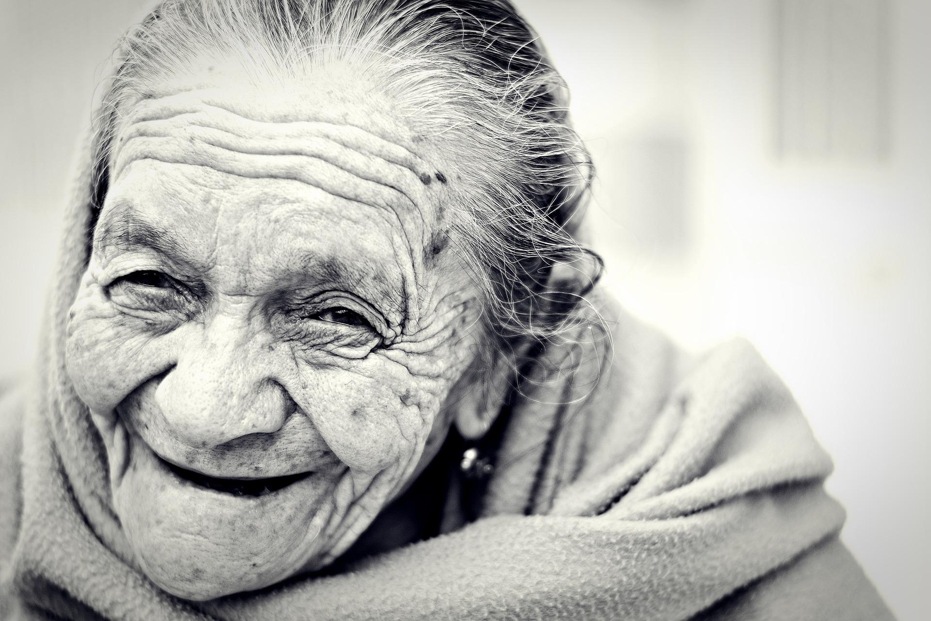 Glad äldre kvinna