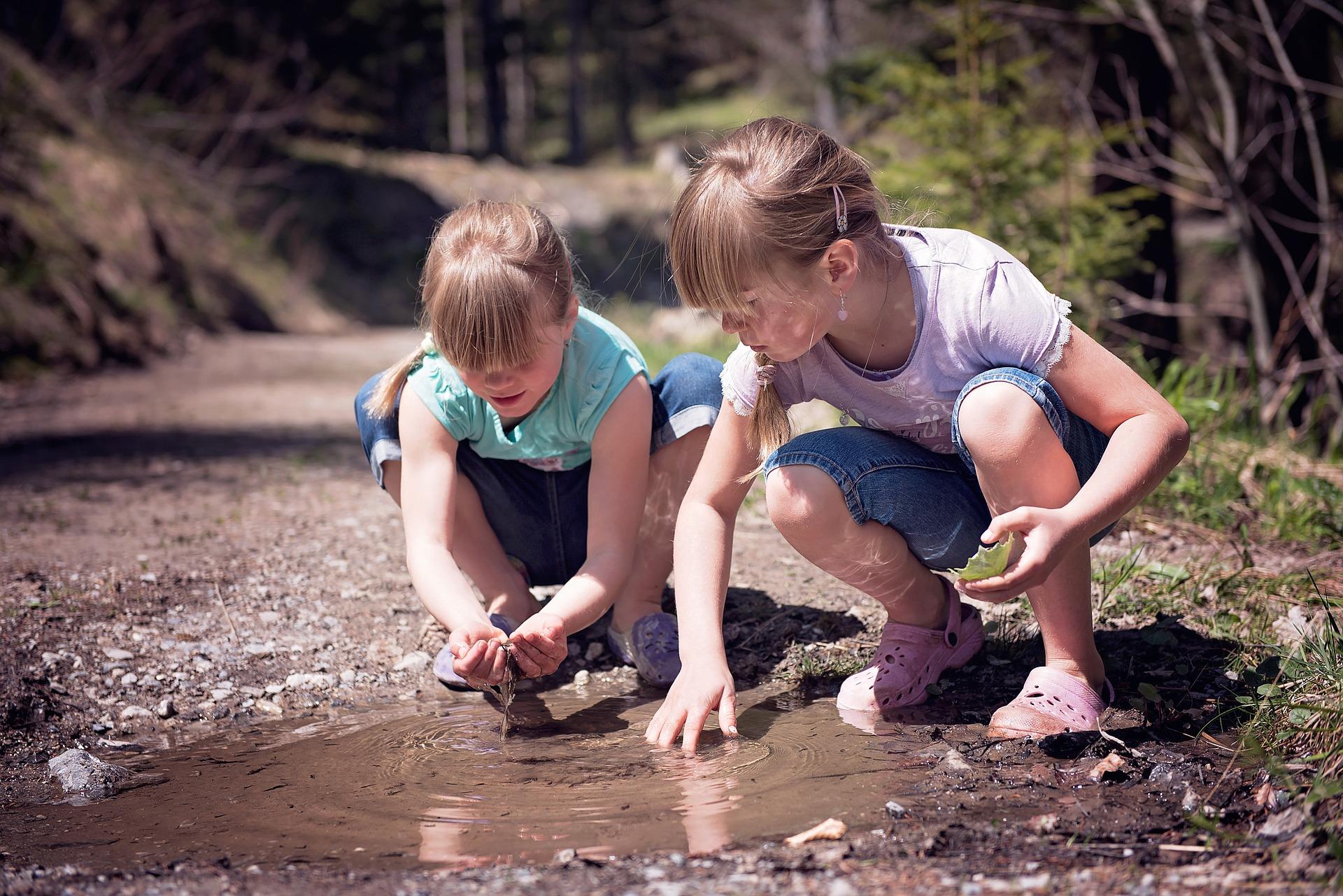Barn vid vattenpöl