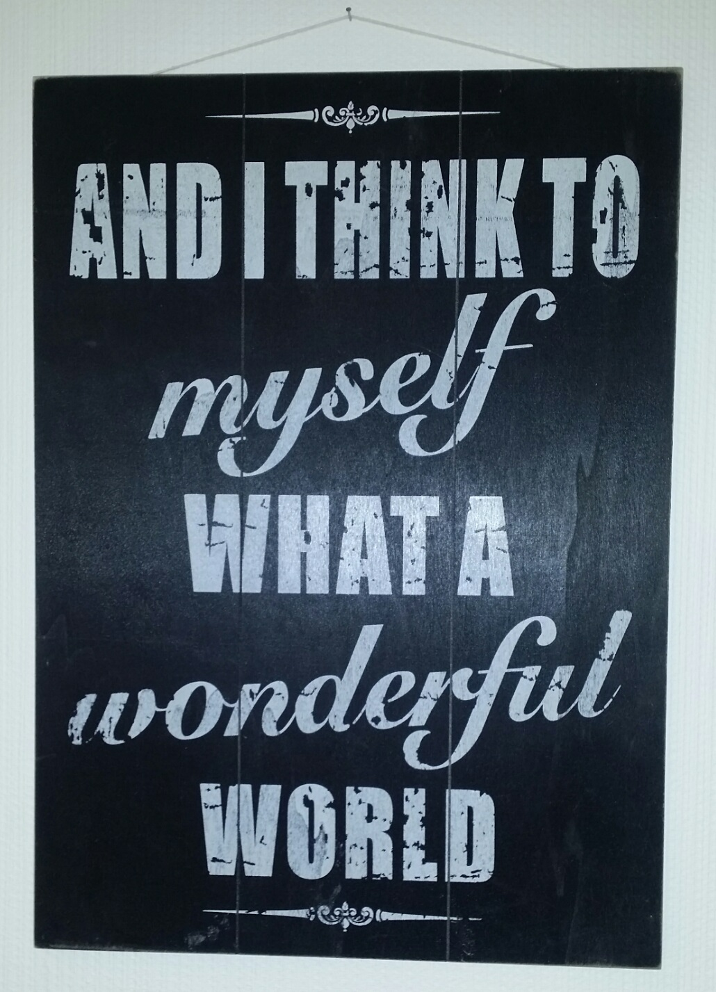 "Tavla med texten ""And I think to myself what a wonderful world"""