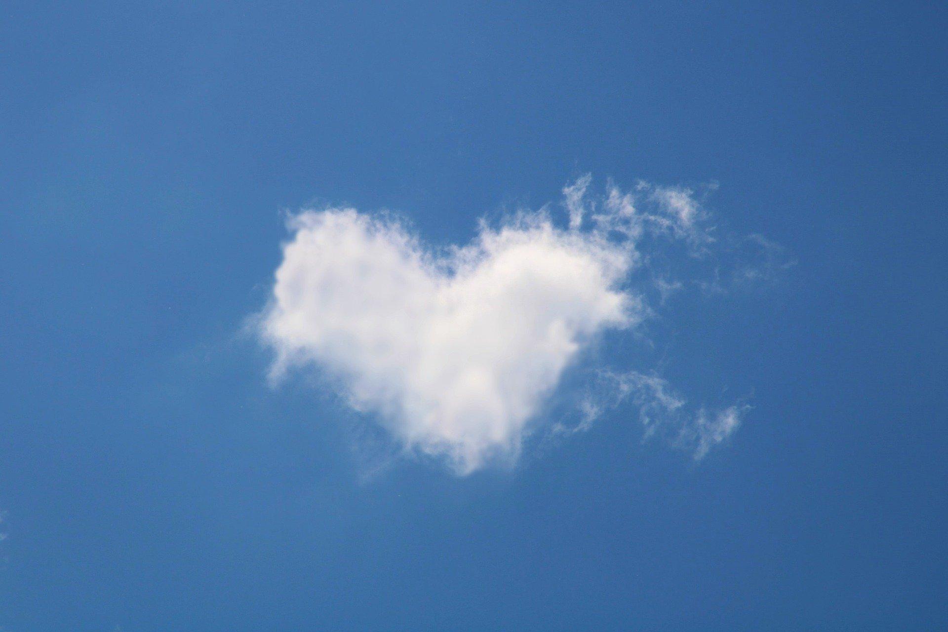 Hjärtformat moln på blå himmel